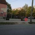Olvasónk írja: megrepedt az új járda a Rákóczi utcán, az illegális helyen kihajtó gépkocsik miatt.