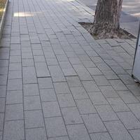Olvasói levél: balesetveszélyes a térkő a Gimnáziumnál.
