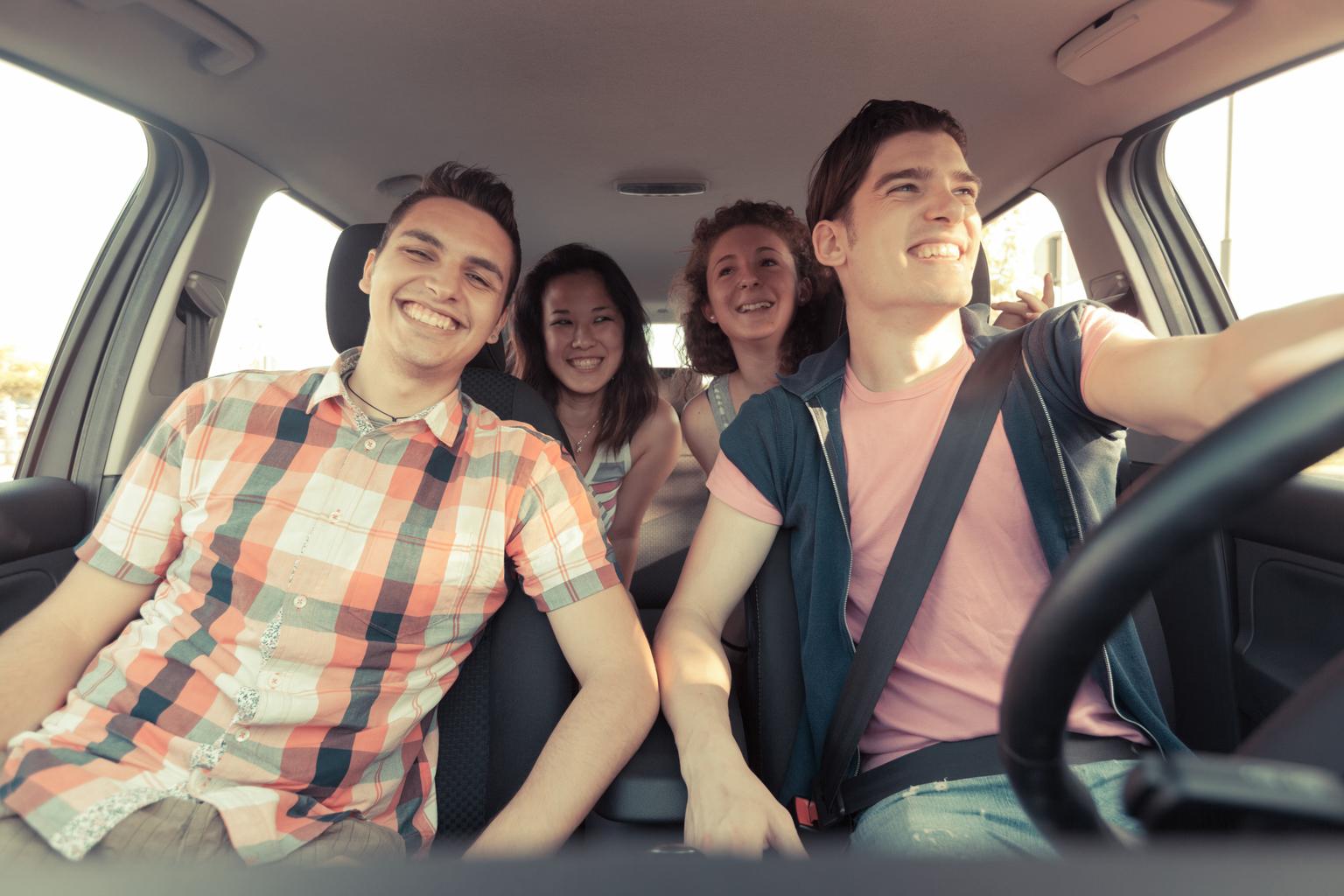 stockphoto-fiatalok-telekocsi-auto-kocsi-lanyok-fiuk-.jpg