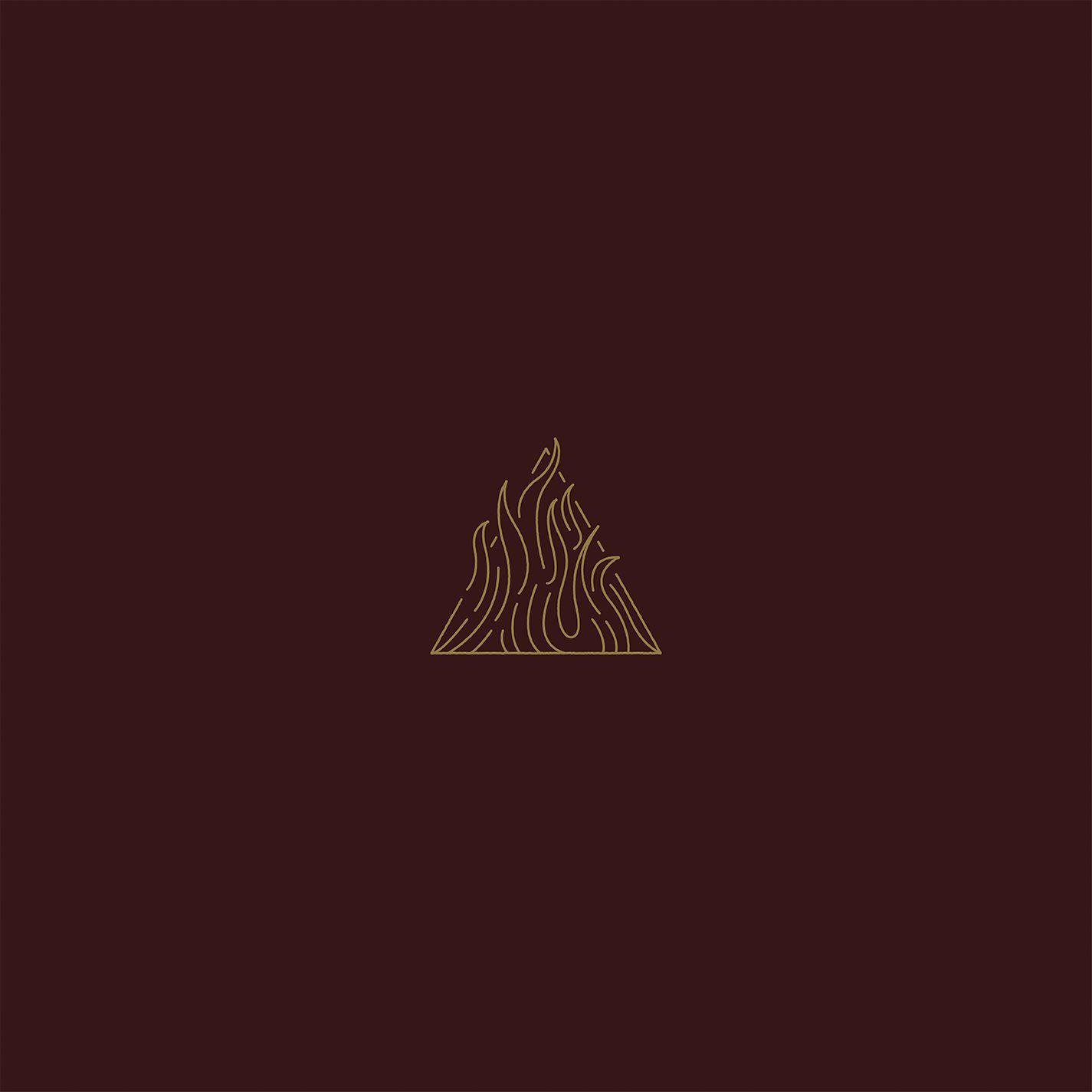 6. Trivium: The Sin and The Sentence<br /><br />Az év egyik legsokoldalúbb alkotása az amerikai Trivium nyolcadik stúdióalbuma - egyszerre heavy, thrash, groove és progresszív metal, dallamos, súlyos és szerethető. Amit itt csinálnak, minden bizonnyal újabb magasságokba emeli őket, az már biztos, hogy engem kilóra megvettek ezzel a lemezzel. Le a kalappal srácok, itt az idő, hogy meghódítsátok a legnagyobb arénák színpadait! Amennyiben szereted a modern metalt és az olyan zenekarokat, mint pl. az Avenged Sevenfold, ez a Te albumod! (Ha nem, akkor pedig főleg.)