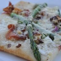 Mutatós vacsora pillanatok alatt -  Pizza, zöld spárgával, Serrano sonkával és dióval