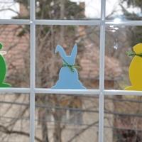 Tavaszi dekor 3. -- Nyulak az ablakban