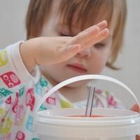 Forma berakó - tejfölös pohárból és szívószálból