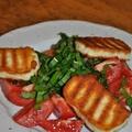 10 perc alatt vacsora -- Medvehagymás paradicsom saláta grillezett sajttal