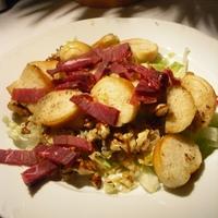 Füstölt marhasonkás saláta, kacsazsírban sült forró kifli karikákkal
