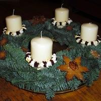 Adventi koszorú, ehető dekorációval