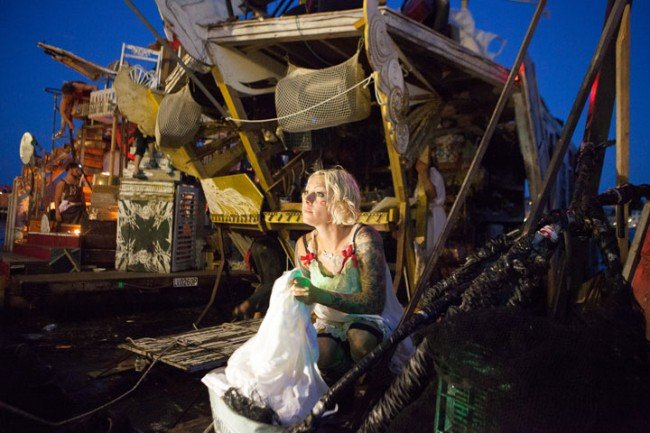 650x433xdes-artistes-ont-construit-des-radeaux-faits-de-dechets-pour-vivre-et-naviguer-sur-les-mers-deurope26-650x433.jpg.pagespeed.ic.QpihDqOnOl.jpg