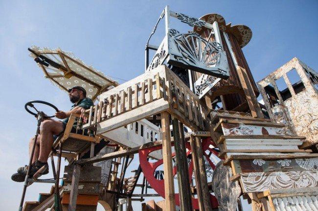 650x433xdes-artistes-ont-construit-des-radeaux-faits-de-dechets-pour-vivre-et-naviguer-sur-les-mers-deurope6-650x433.jpg.pagespeed.ic.mitA8ChO1d.jpg
