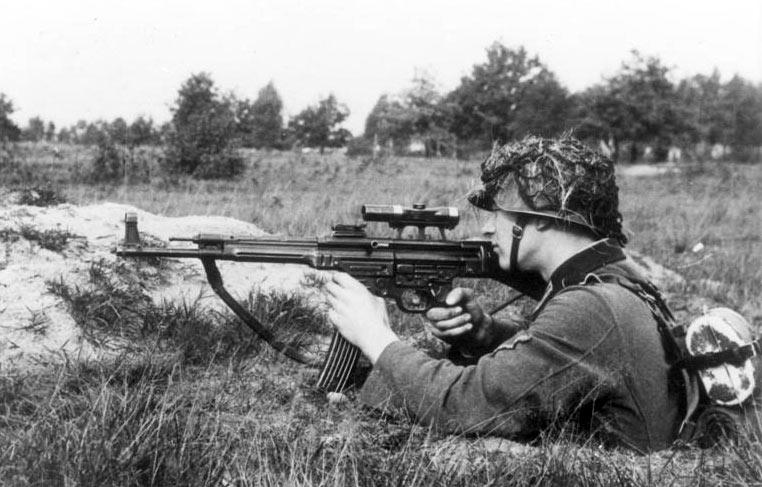 bundesarchiv_bild_146-1979-118-55_infanterist_mit_sturmgewehr_44.jpg