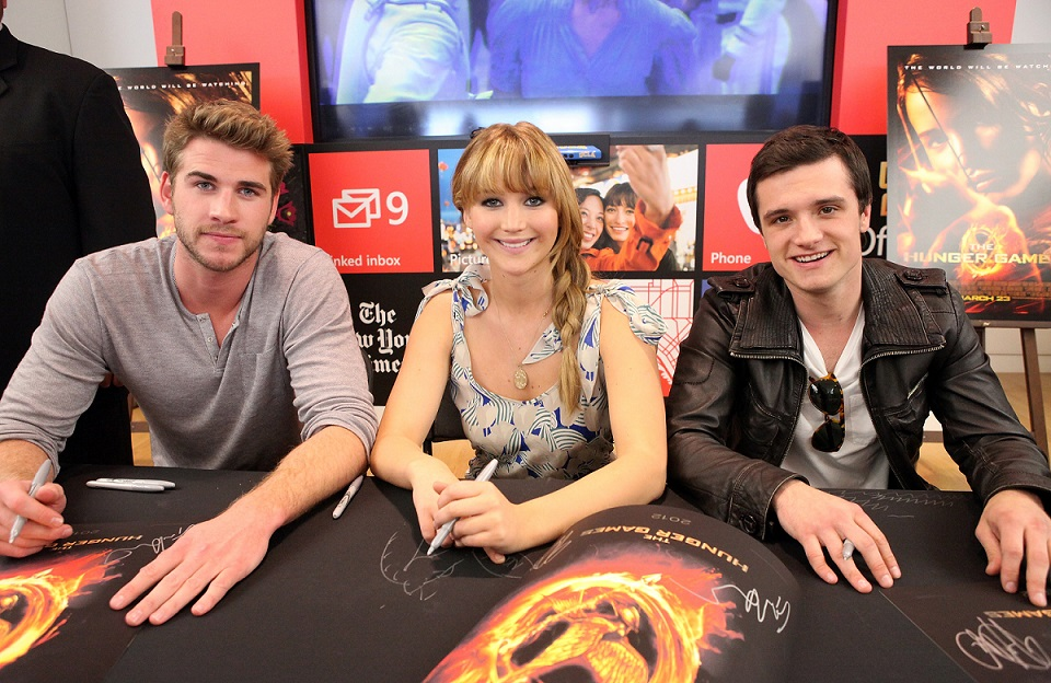jennifer-lawrence-josh-hutcherson-liam-hemsworth-kick-off-hunger-games-mall-tour-4.jpg