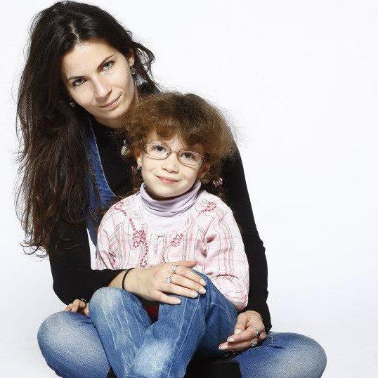 Csutoros Orsolye gyógyult beteg gyermekével.jpg