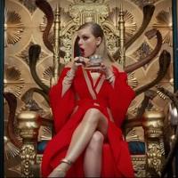 Taylor Swift, a skarlátba öltözött asszony