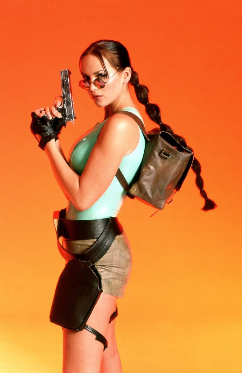 Egyszer megállították a rendőrök, amikor épp a jelmezét a viselte és igencsak meglepődtek, amikor egy kiskorúnál két pisztolyt találtak. Állítólag nagyon nehezen akarták megérteni, hogy nem igaziak és Lucynak egyáltalán miért van szüksége rájuk, mivel (feltehetőleg) sose hallottak a Tomb Raiderről.