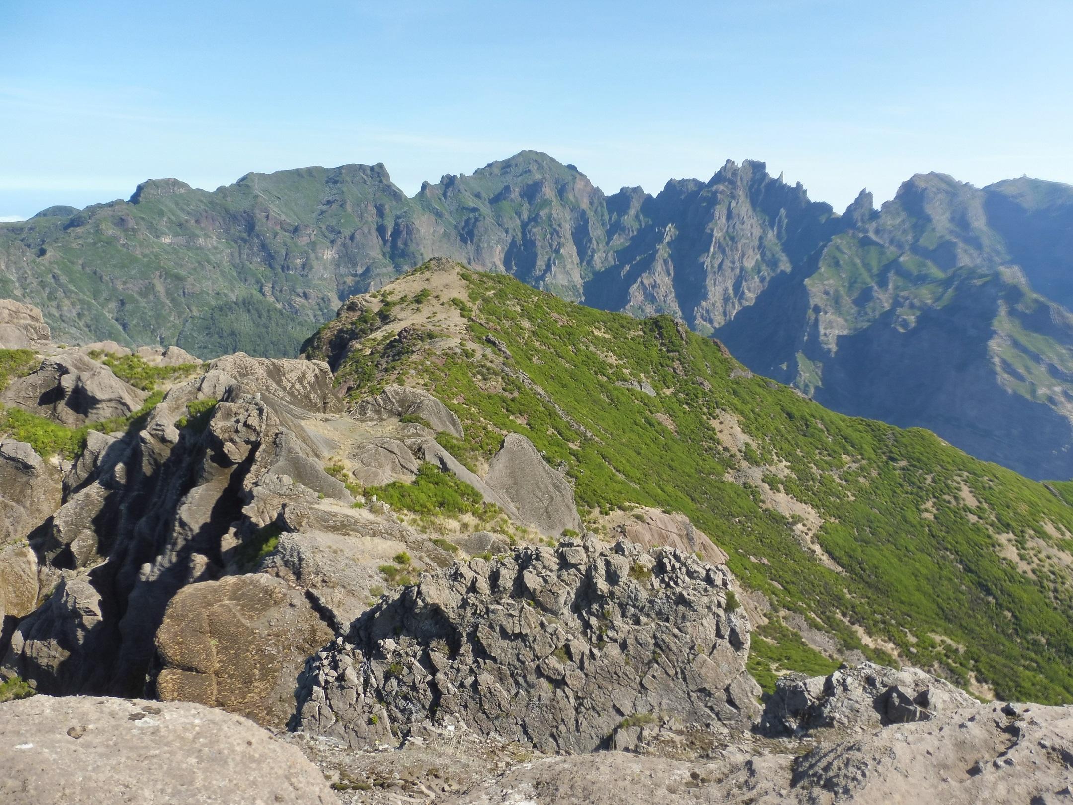 Madeira legnagyobb hegygerince, balról jobbra a Pico Ruivo, a Pico das Torres és a Pico do Arieiro