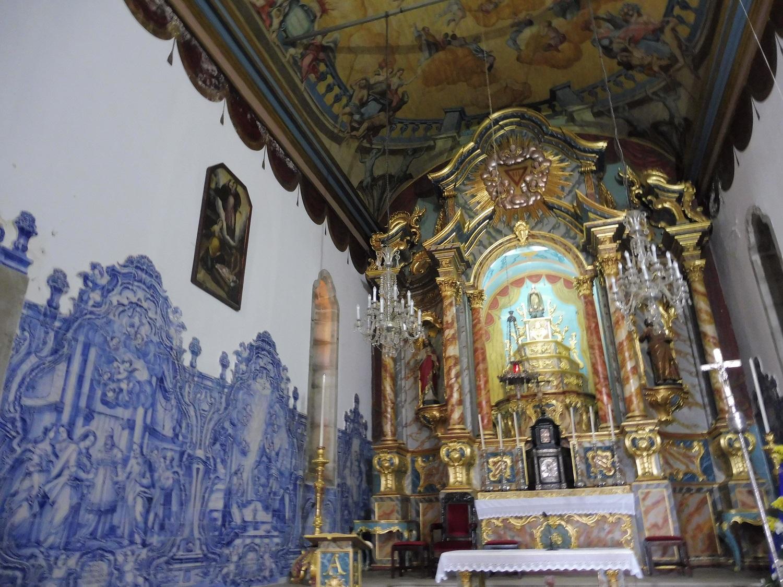 Azulejo csempék és kazettás mennyezet