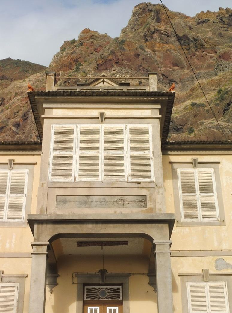 Klasszikus épület jellegzetes galambdíszekkel