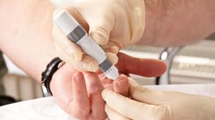 10 jel, amely nem megfelelő vércukorszintre utal