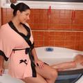 Lucy Li & Zafira leszbizés a fürdőkádban