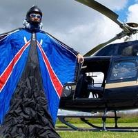 Siklóruhában, ejtőernyő nélkül -