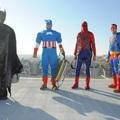 Batman, Superman, Pókember és Amerika Kapitány ablakot pucol