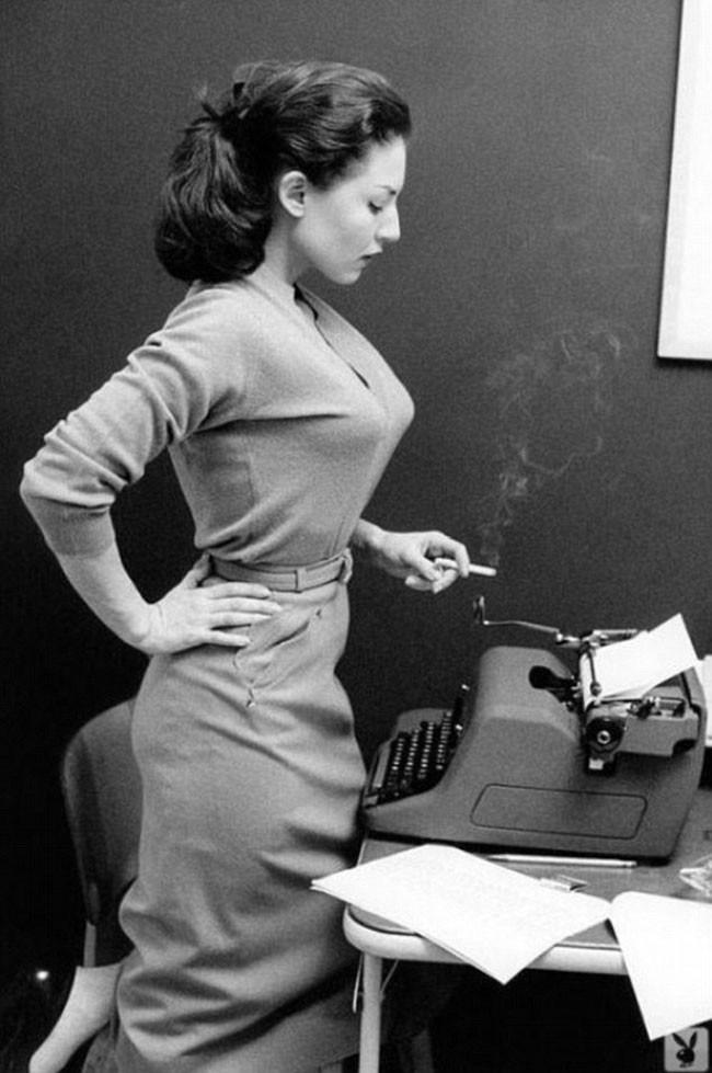 írónő