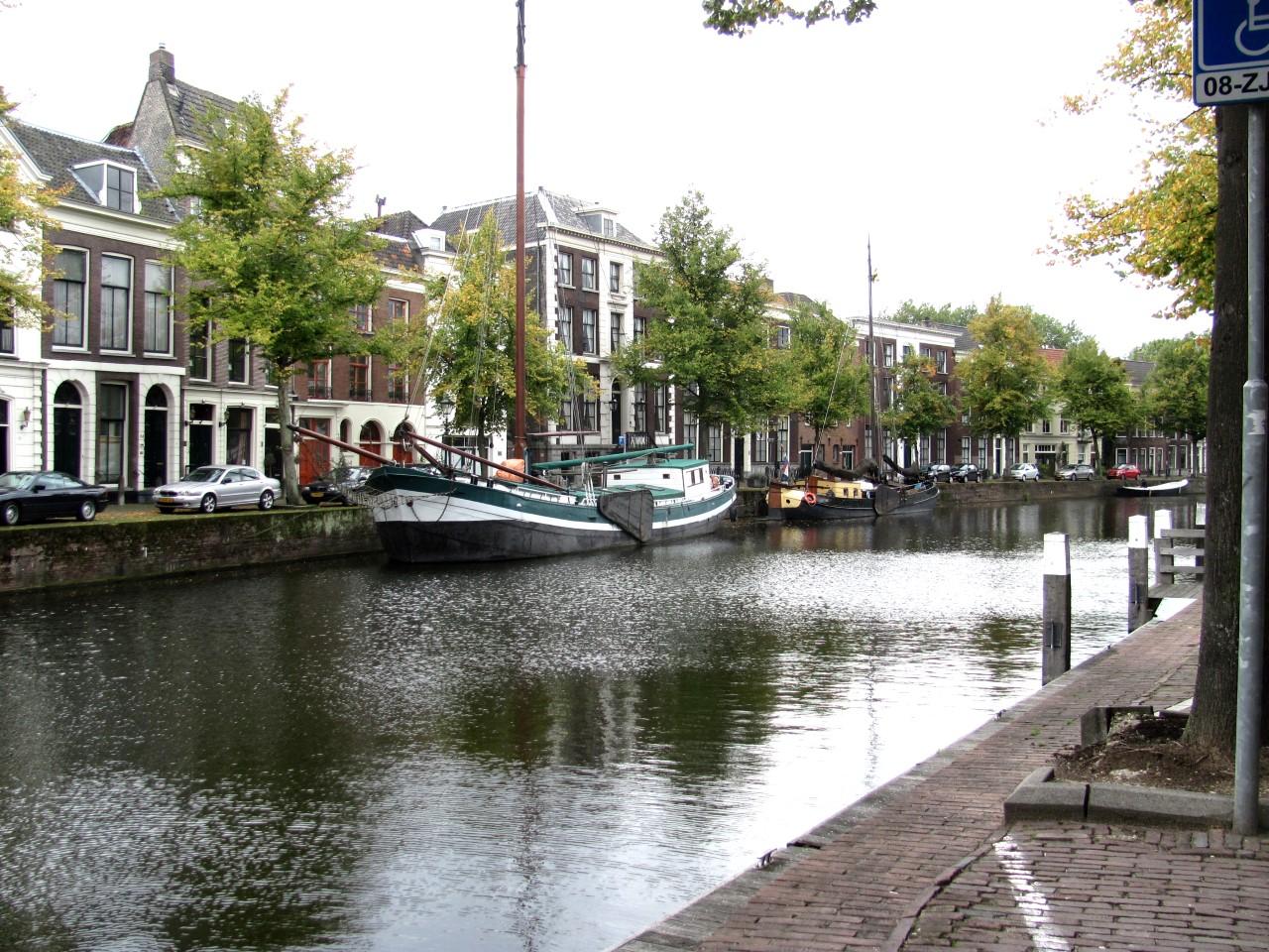 Átmetróztunk Schiedam-ba, ahol ilyen egy tipikus utcakép