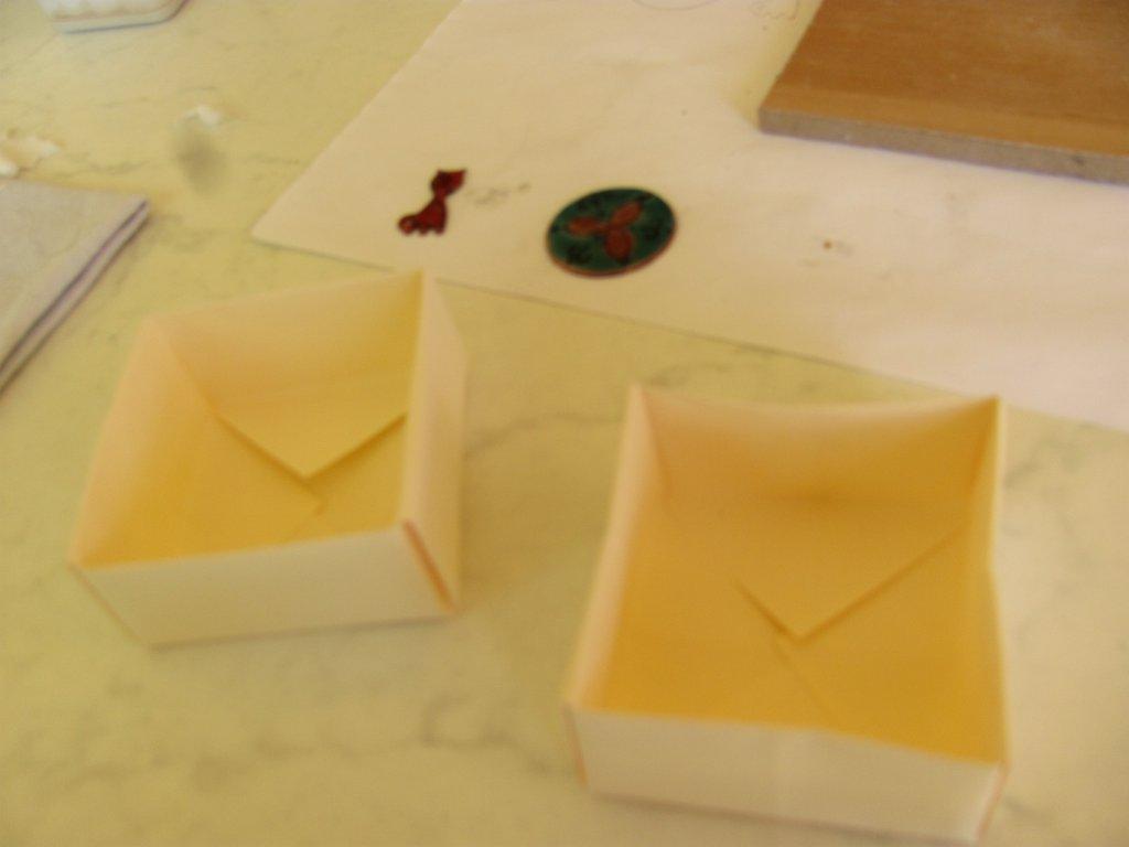 Kis dobozkákat hajtogatunk nekik :) (ez homályos lett ^^')