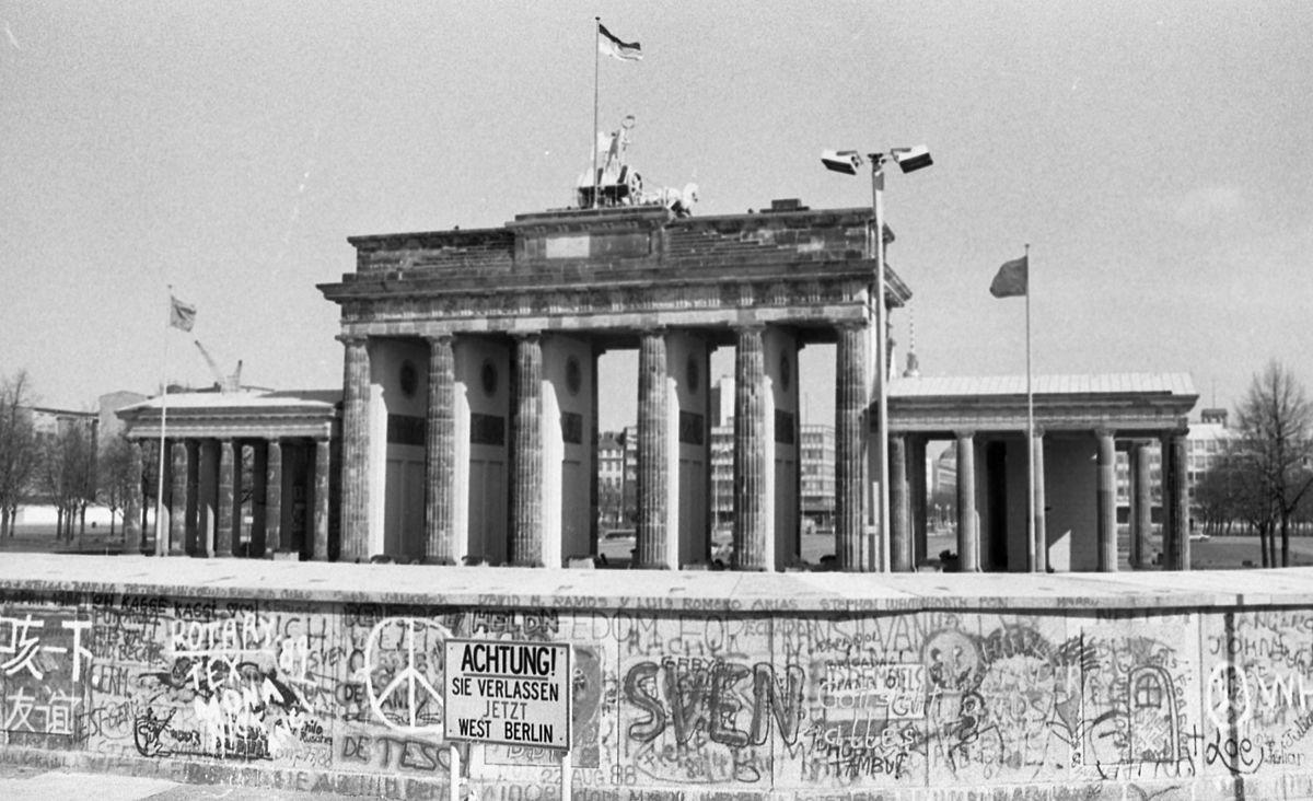 a_berlini_fal_es_a_brandenburgi_kapu_nyugat-berlin_felol_fortepan_29585.jpg