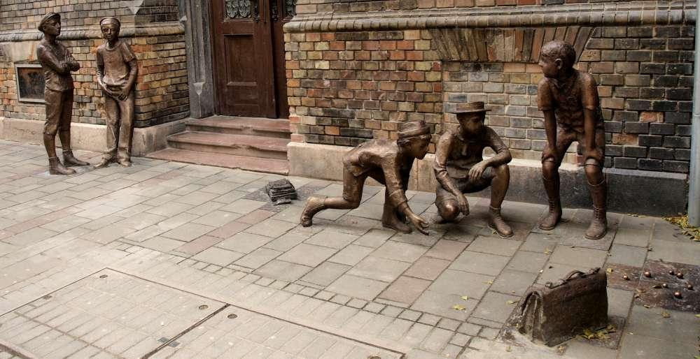 paul_street_boys_sculpture_pb110359.jpg