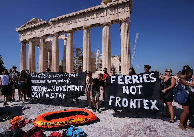 aktivistak_tiltakotnak_az_akropoliszon_opendemocacy.jpg