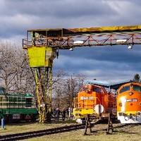 Nyolc mozdony, két vonat, egy cél