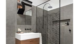 Mit tegyünk, ha az üveg túl átlátszó? Terveztessünk egyedi zuhanyüveget!