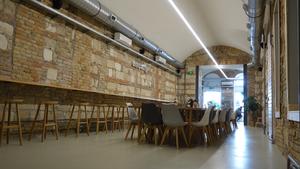 Csodálatos vegyes falazat bukkant elő egy kávézóban az Arany János utcánál