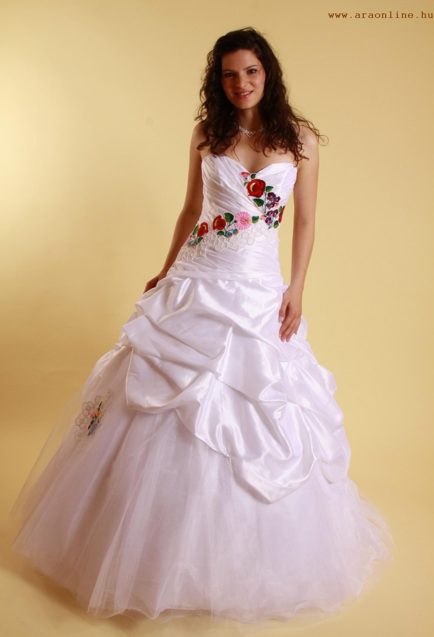 Kalocsai mintás menyasszonyi ruhák 2012 - Menyasszonyi ruhák 5c980fdcb3