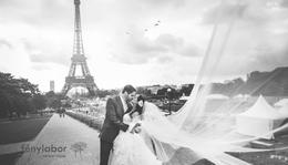 Hosszú fátyol az Eiffel torony lábánál