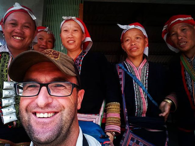 Relaxing with the locals. They are dzay people with traditional dress. @reni.atesz #mertutaznijo #sapa #dzay #tribe #locals #vietnam