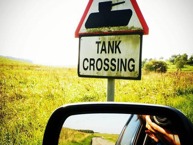 Óvatosan a közlekedéssel! Drive safely! @reni.atesz #mertutaznijo  #england #salisbury #tank #drive #trafficsign
