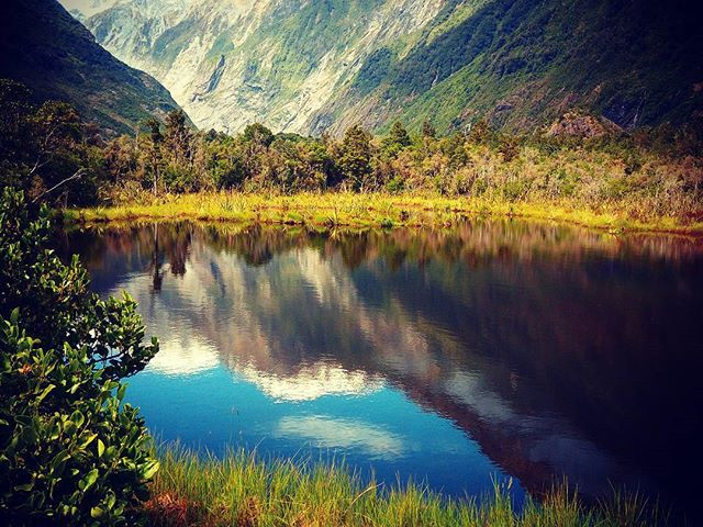 A Ferenc József-gleccser tükröződik a Peters Pond vizében. A tó egy bátor kisfiúról kapta a nevét, aki 9 évesen egyedül táborozott a partján. #mertutaznijo #mountains #eupolisz #újzéland #newzealand #franzjosef #southisland #pond #lake #reflection