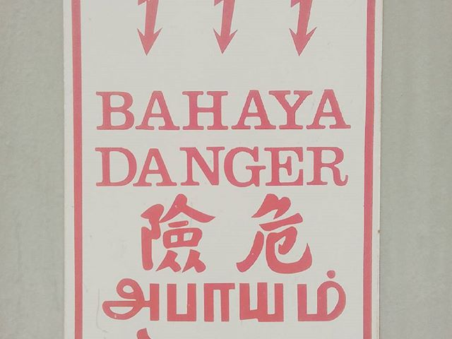 Melyik ország? Which country? #mertutaznijo #travel #travelphotography #sign #bahaya #danger