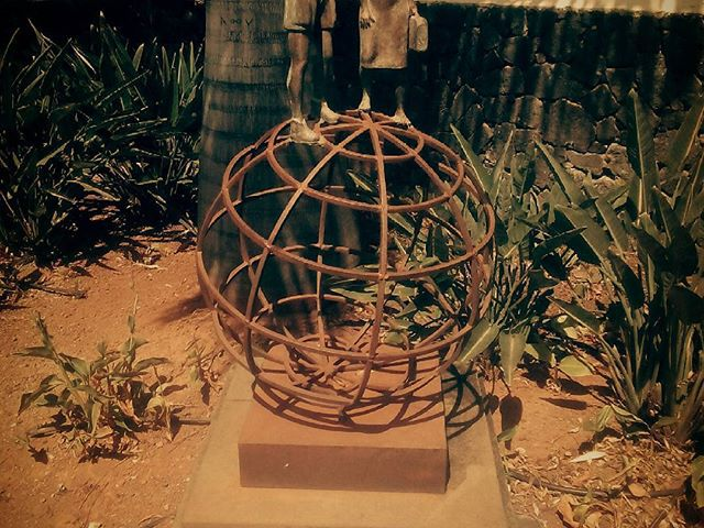 Statue for the globetrotters. Emlékmű a világutazóknak. @reni.atesz #mertutaznijo #statue #puertodelacruz #travel #travelphotography #canarias