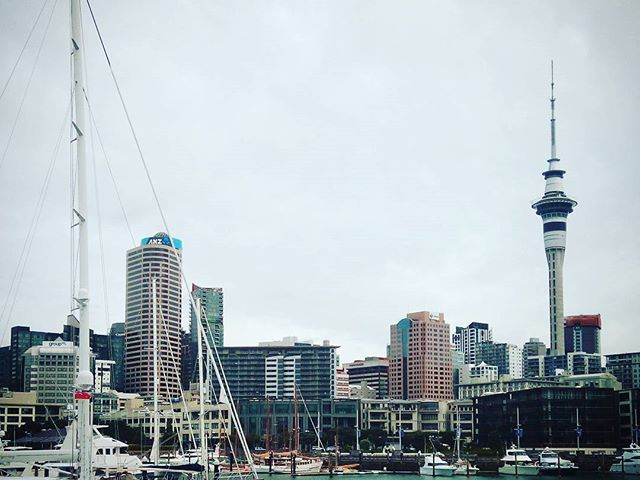 Auckland az egyik legélhetőbb város a világon. Több, mint 1millió ember él itt és érzi is jól magát. Itt élnek az emberek, nem pedig laknak. #auckland #newzealand #mertutaznijo #eupolisz #skytower #harbour #city