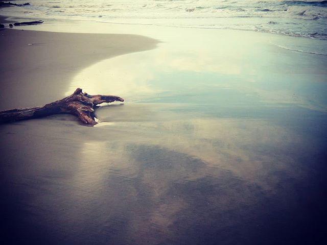 Tranquillo. #mertutaznijo #costarica #playa #sea #waves #lights