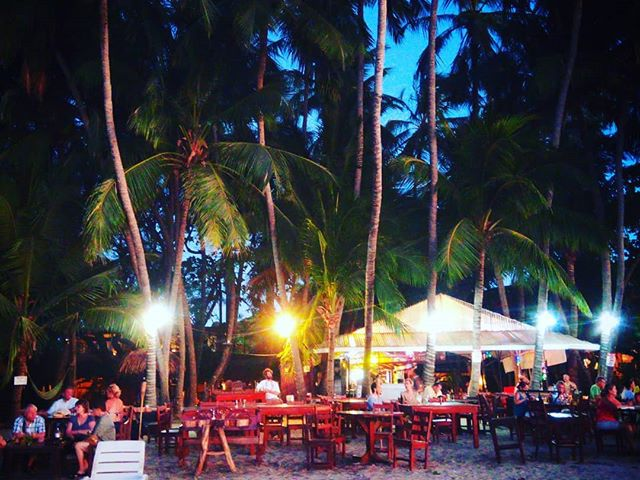 Tökéletes hely egy esti koktélhoz? Is this a perfect place for a sundowner? #mertutaznijo #eupolisz #tamarindo #beach #costarica #centroamerica #sunset #bar #beachbar @reni.atesz