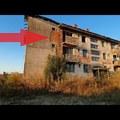 Elhagyottan álló tömbház a mezőn: mindegyik volt lakrész bejárása – VIDEÓVAL