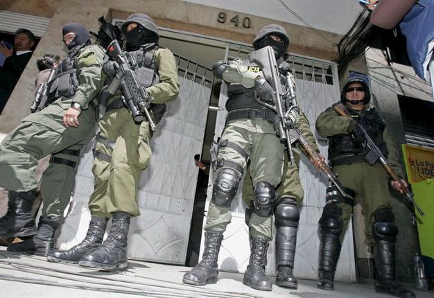 copy-of-boliviai-katonak-a-szalloda-elott.jpg