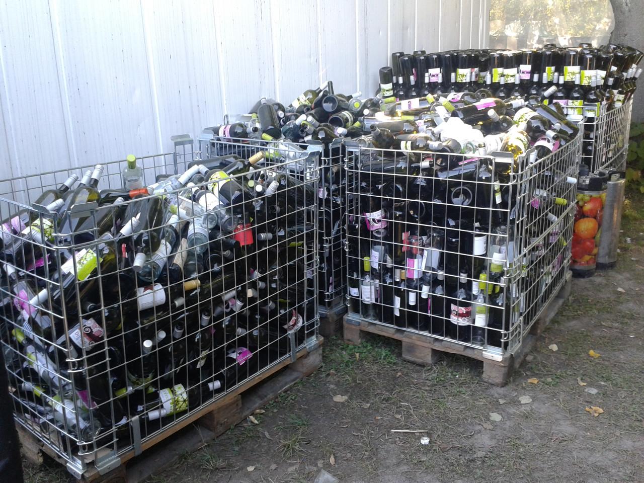 Elszállításra váró, üres borosüvegek, a Sziget utolsó napján, a nagyszínpad melletti egyik helyszínen