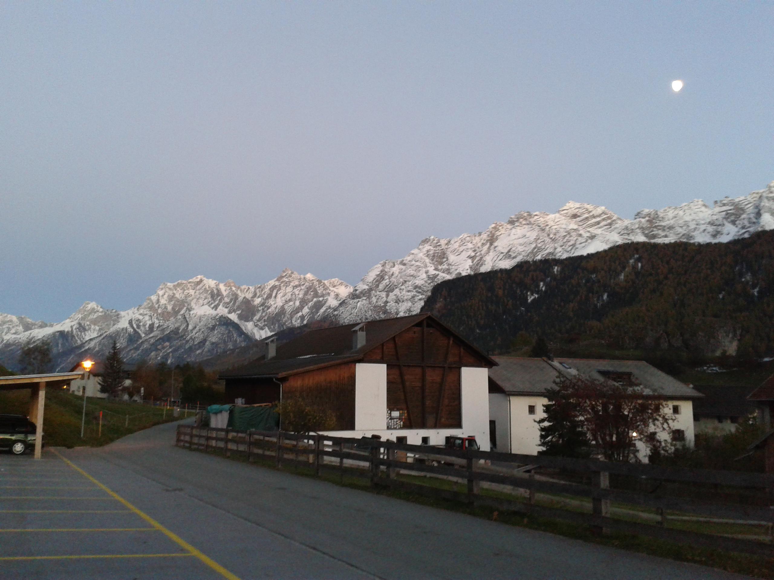 Ez is csak simán szép, ráadásul itt a Hold is feljött már. Élőben pompás, és sokkal horrorisztikusabb is volt. Éjjel meg amúgy a hegyek sötét óriásokként tornyosulnak köröskörül, a hófedte csúcsaik pedig sejtelmesen világítanak, brrr...  Svájc, hát na.