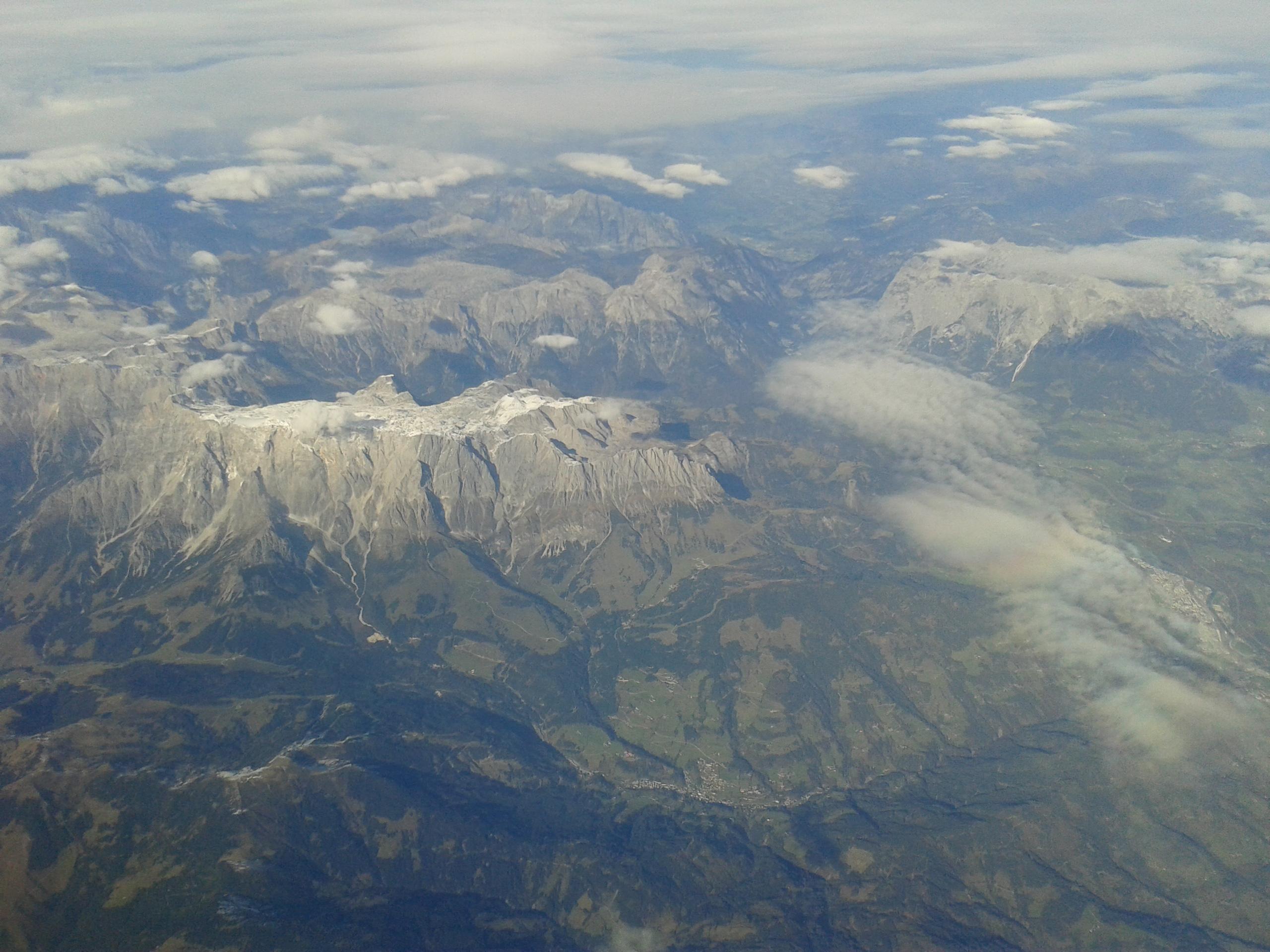 Ezt még feltétlenül meg akartam mutatni, bár már utnam több képet feltölteni, úgyhogy ez az utolsó. Na de ez... A gépből fozóztam, azt a hegyet nézzék, ott: valami hatalmas plató. Szerintem Ausztria fölött járhattunk épp.