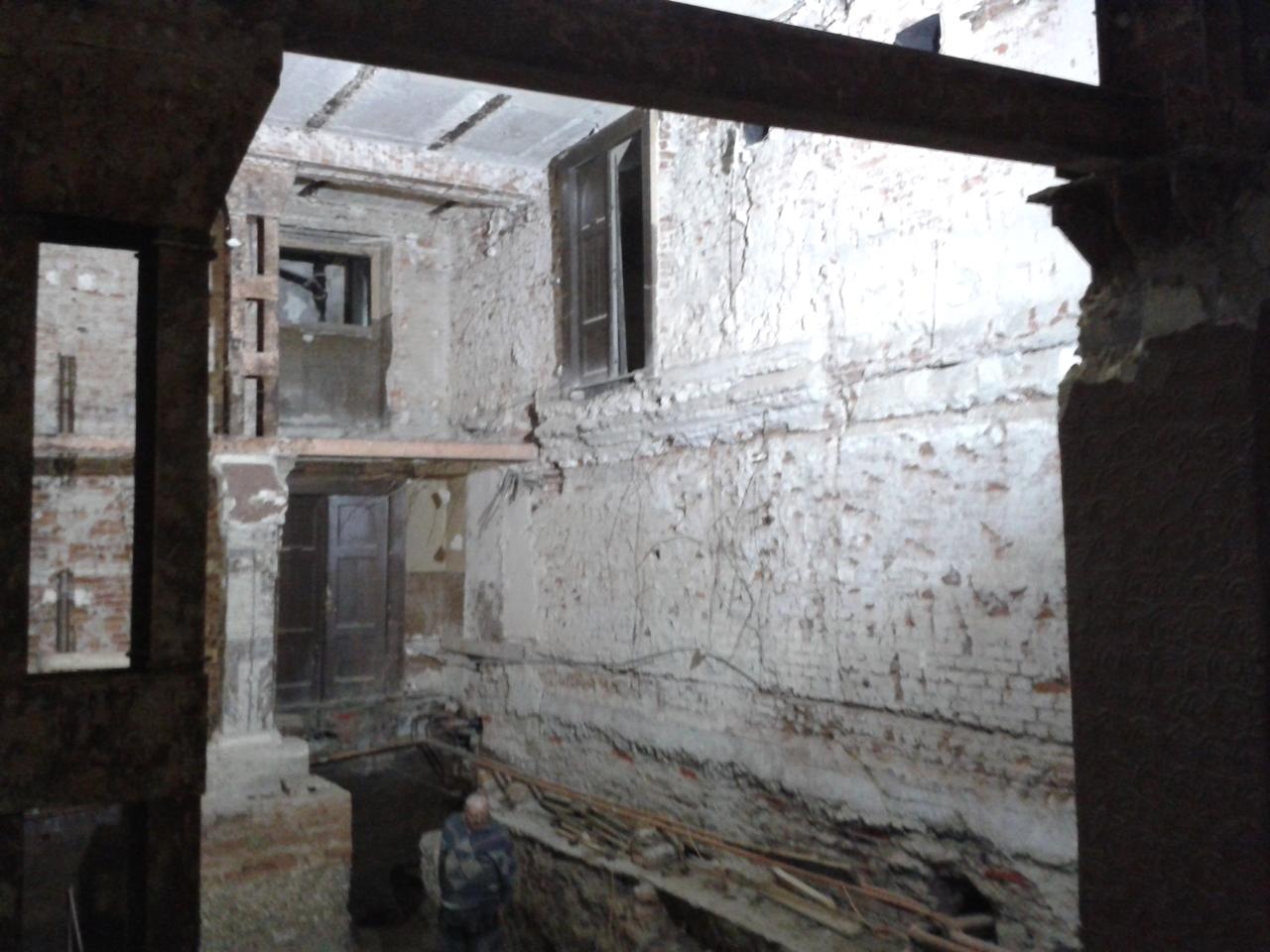 A moziterem ma. Fent az erkély helye és egy semmibe nyíló ajtó (az vezetett régebben a mozigépész szobájába).
