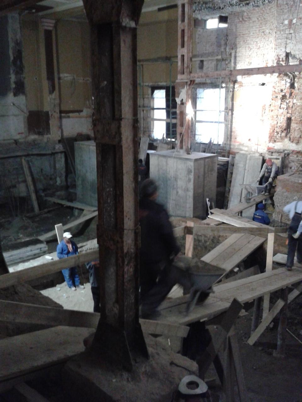 Ilyen vasoszlopok tartják a több emeletes épületet